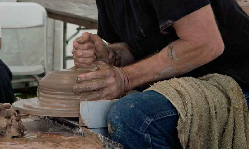Bracing at the potters wheel to center clay